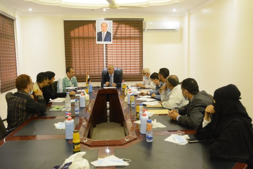 وزير المياه مع مدير برامج منظمة أوكسفام