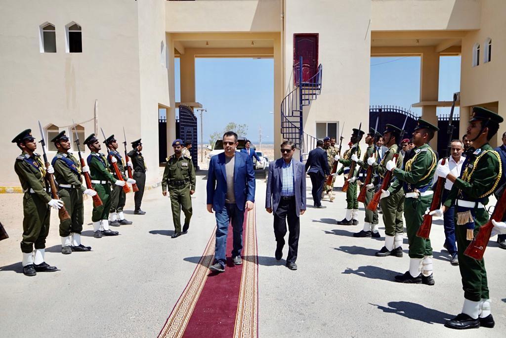 رئيس الوزراء برفقة محافظ حضرموت يزور كلية الشرطة بالمكلا