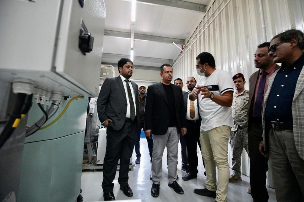 رئيس الوزراء خلال افتتاح محطة كهرباء الشحر