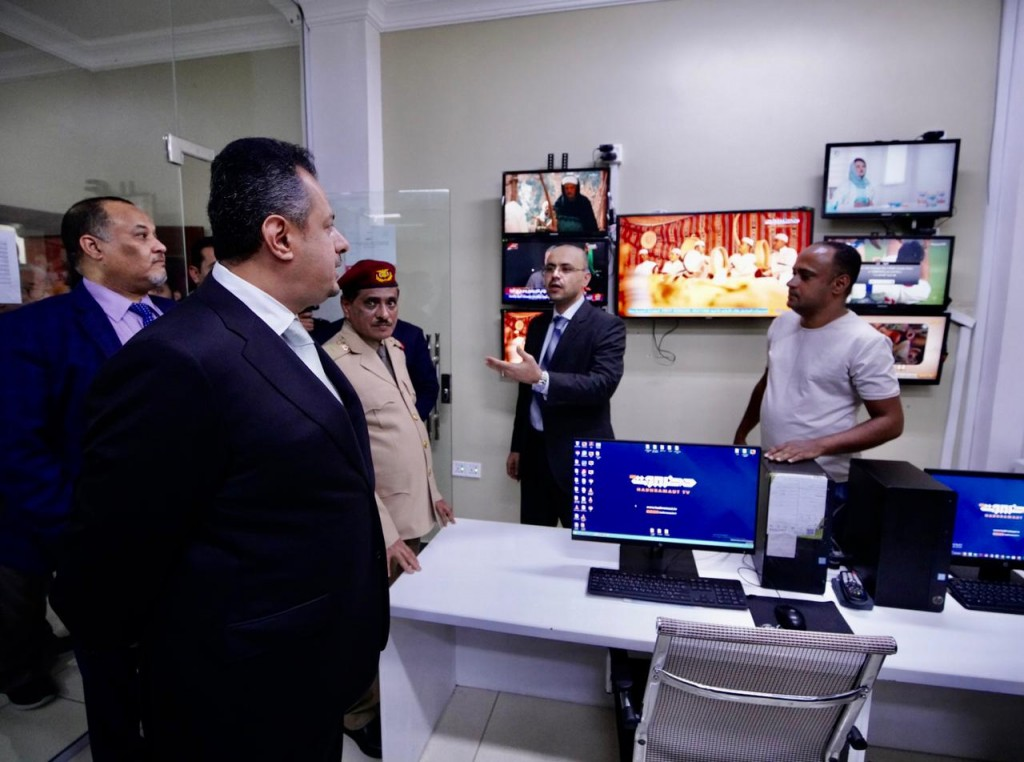 رئيس الوزراء خلال زيارته تلفزيون قناة حضرموت
