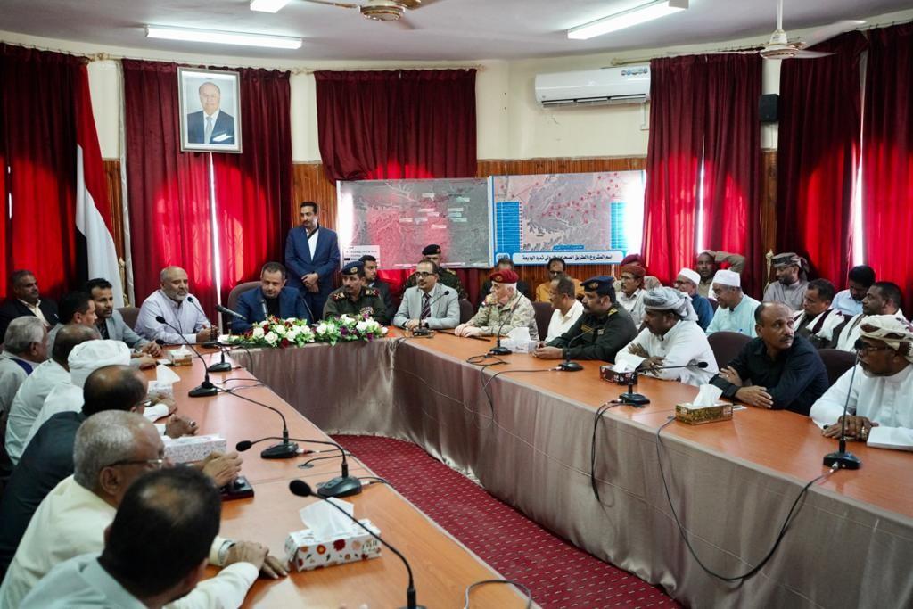رئيس الوزراء خلال الاجتماع